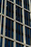 Le vitrail du ` s d'édifice haut reflètent la lumière du jour en ville Construction en verre moderne photographie stock libre de droits