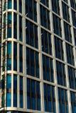 Le vitrail du ` s d'édifice haut reflètent la lumière du jour en ville Construction en verre moderne photographie stock