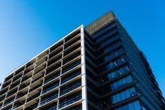 Le vitrail du ` s d'édifice haut reflètent la lumière du jour en ville Construction en verre moderne image libre de droits