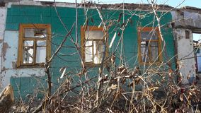 Le vitrail heurté avec le vieux cadre en bois sur le mur grunge a endommagé la maison Vieille construction d'abandon Façade avant photos stock
