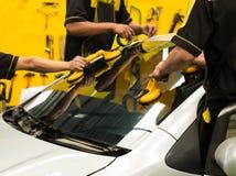 Le vitrier répare le pare-brise de la voiture image libre de droits