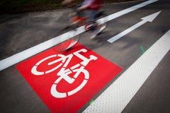 le vélo/voie de recyclage signent dedans une ville Images libres de droits