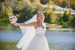 Le voile de jeune mariée est vent Photos stock