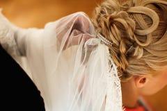 Le voile nuptiale est mis sur les cheveux d'une dame photos libres de droits
