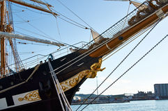 Le voilier avec a abaissé la voile photographie stock libre de droits
