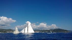 Le voilier en mer images stock
