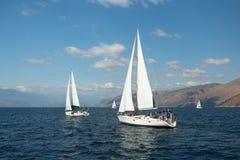 Le voilier participent à la régate le 12ème Ellada de navigation Images libres de droits