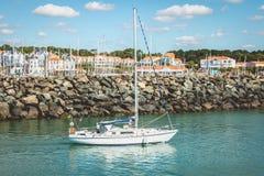 Le voilier quitte la marina du port de Bourgenay Image libre de droits