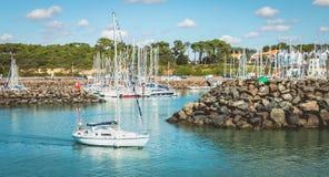 Le voilier quitte la marina du port de Bourgenay Photo stock