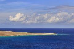 Le voilier solitaire a dominé par des nuages en mer orageuse Les côtes les plus belles de l'Italie Photographie stock