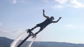 Le vol à voile est un nouveau sport aquatique extrême. Un athlète joue des tours en vol. Coups d'Etat et retournements spectacu banque de vidéos