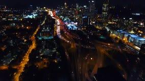 Le vol aérien d'Atlanta au-dessus de l'autoroute, échange Vues de paysage urbain sur le centre ville de nuit banque de vidéos