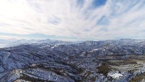 Le vol aérien de l'hélicoptère au-dessus des montagnes couvertes de neige Emplacement de la Turquie 4K Ciel nuageux bleu accrocha clips vidéos