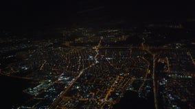 Le vol arrivent Athènes Grèce la nuit 1 - au-dessus de ville banque de vidéos