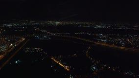 Le vol arrivent Athènes Grèce la nuit 2 - des opérations bancaires au-dessus de ville banque de vidéos