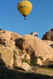 le vol avec le ballon au lever de soleil Image stock