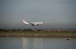 Le vol d'Air China arrive à l'aéroport de Kingsford-Smith sydney Image stock