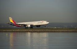 Le vol d'Asiana de Malaisie arrive aéroport de Kingsford-Smith sydney Images stock