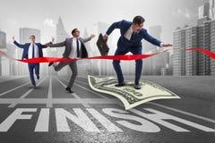Le vol d'homme d'affaires sur le billet de banque du dollar vers la ligne d'arrivée Images libres de droits