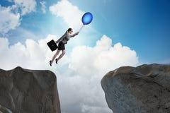 Le vol de femme d'affaires tenant le ballon Photos stock
