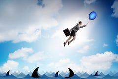 Le vol de femme d'affaires tenant le ballon Photos libres de droits