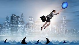 Le vol de femme d'affaires tenant le ballon Image libre de droits