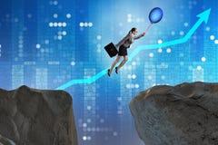 Le vol de femme d'affaires tenant le ballon Photographie stock