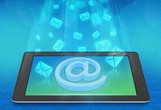Le vol enveloppe des messages sur l'écran du comprimé Photographie stock libre de droits