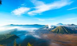 Le volcan actif du bâti Bromo pendant le lever de soleil photos stock