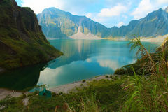 Le volcan actif Pinatubo et le lac de cratère, Philippines Photo stock
