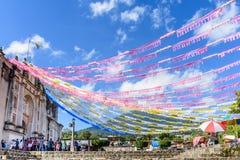 Le volcan et l'église ont orné pour le jour de St John, Guatemala Images libres de droits