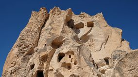 Le volcanick naturel de Fabulos a érodé la formation avec les maisons créées de caverne au jour ensoleillé Parc ouvert de Goreme, image libre de droits