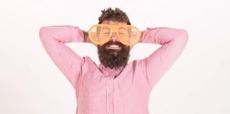 Le volet d'usage de hippie ombrage les lunettes de soleil extrêmement grandes Le type barbu d'homme utilisent les lunettes de sol images libres de droits