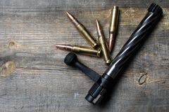 Le volet et les munitions, mensonges et awooden dessus le fond Images stock