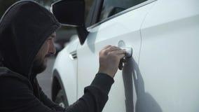 Le voleur casse la voiture image libre de droits