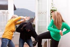Le voleur est attaqué par des femmes photos libres de droits
