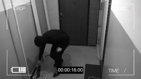 Le voleur masqué a éclaté par la porte et a volé l'amortisseur outre du vélo Photographie stock libre de droits