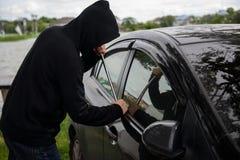 Le voleur volent une voiture, concept d'assurance images libres de droits