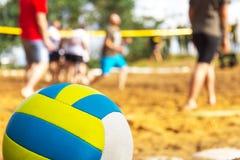 Le volleyball se trouve sur le terrain de jeu Image stock
