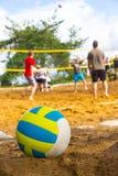 Le volleyball se trouve sur le terrain de jeu Photo stock