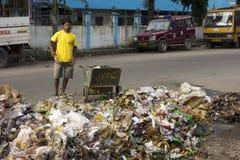 Le volontaire de jeunes cleen la rue dans l'Inde Photographie stock