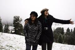 Le voyage asiatique de fille et de mère de personnes thaïlandaises et la pose pour prennent la photo avec la neige au sommet de l Photographie stock