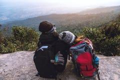 Le voyage d'Asiatiques de femmes et d'hommes d'amant d?tendent pendant les vacances Admirez le paysage de l'atmosph?re sur le Mou photo libre de droits