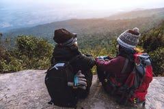 Le voyage d'Asiatiques de femmes et d'hommes d'amant d?tendent pendant les vacances Admirez le paysage de l'atmosph?re sur le Mou images stock