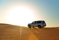 Le voyage de désert de Dubaï dans la voiture tous terrains Images libres de droits