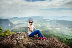 Le voyage de femmes se reposent sur une falaise sur une montagne riche de forêt Itinéraire aménagé pour amateurs de la nature de  Photos libres de droits