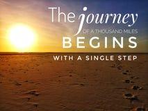 Le voyage de mille milles commence par une conception de pas à pas à encourager et le mode de vie viable image libre de droits