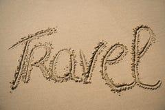 Le voyage de mot écrit dans le sable Photographie stock