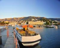 Le voyage de remblai de la Crimée Yalta la Mer Noire pendant l'été le bateau a amarré le bateau à quai visitant le pays Photo libre de droits