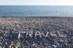 Le voyage de signe fait à partir des cailloux blancs sur Pebble Beach sur le s Image stock